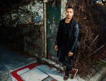 Красивый арабский человек стоя на угле улицы Стоковое Изображение