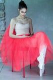 Красивый артист балета сидя внутри ослабляет Стоковое Изображение RF