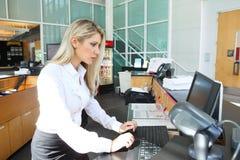 Красивый ассистент на компьютере Стоковые Фотографии RF
