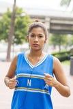 Красивый атлетический ход женщины стоковое фото