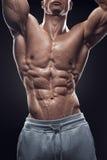 Красивый атлетический человек разрабатывая с гантелями Стоковая Фотография