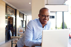 Красивый африканский бизнесмен работая с компьтер-книжкой Стоковые Изображения