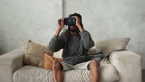 Красивый африканский битник кладя на шлемофон VR акции видеоматериалы