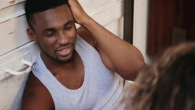 Красивый африканский человек в пижамах представляя к фотографу Портрет молодого мужчины на photoshoot в квартире просторной кварт сток-видео
