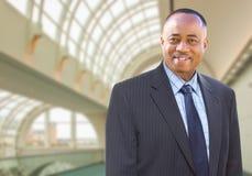 Красивый Афро-американский бизнесмен внутри корпоративного здания Стоковые Изображения