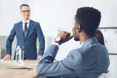 красивый Афро-американский бизнесмен слушая к боссу стоковые фотографии rf