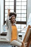Красивый Афро-американский художник чувствуя жизнерадостный и счастливый стоковая фотография