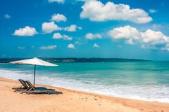 Красивый балийский пляж, белый песок и открытое море стоковые изображения