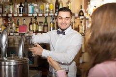 Красивый бармен на баре Стоковая Фотография RF