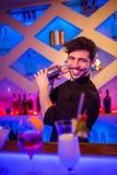 Красивый бармен подготавливая коктеиль Стоковое Фото