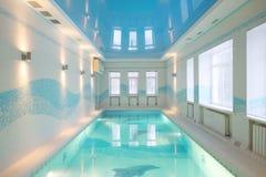 Красивый бассейн с изображениями дельфинов в основании стоковое изображение rf