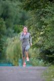Красивый бегун женщины бежать в парке города Стоковые Изображения