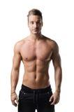 Красивый без рубашки молодой человек при мышечное изолированное тело, Стоковые Фотографии RF