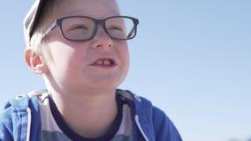 Красивый белокурый мальчик смеясь весело акции видеоматериалы