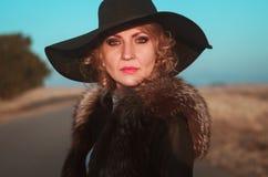 Красивый белокурый портрет женщины на дороге стоковая фотография