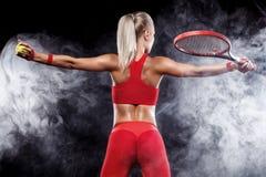 Красивый белокурый теннисист женщины спорта с ракеткой в красном костюме празднуя победу Стоковое фото RF