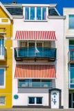 Красивый белый дом морского курорта с белыми и красными striped шторками солнца Концепция каникул Путешествовать стоковая фотография rf