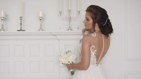 Красивый белый bridal букет роз в ярком интерьере акции видеоматериалы