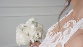 Красивый белый bridal букет роз в ярком интерьере сток-видео