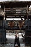 Красивый белокурый Викинг одел в черном плаще Стоковое Фото