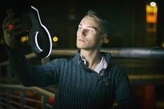 Красивый белокурый молодой человек самостоятельно в городских условиях на ноче стоковое изображение