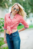 Красивый белокурый портрет девушки на улице Стоковая Фотография