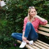 Красивый белокурый портрет девушки на улице Стоковое фото RF