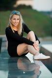 Красивый белокурый портрет девушки на улице Стоковая Фотография RF