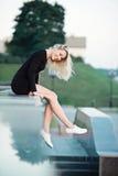 Красивый белокурый портрет девушки на улице Стоковые Изображения RF