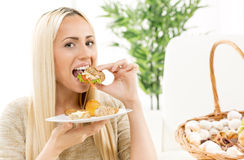 Красивый белокурый сандвич еды Стоковое Изображение RF
