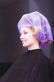 Красивый белокурый салон красоты парикмахера роликов curlers волос девушки Стоковые Изображения RF