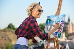 Красивый белокурый художник женщины красит красочное Стоковые Фото