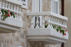 Красивый белый балкон с цветками Стоковые Фотографии RF