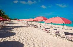Красивый белый пляж с loungers солнца Стоковые Изображения RF