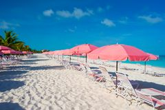 Красивый белый пляж с loungers солнца Стоковые Изображения