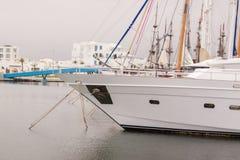 Красивый белый современный порт яхт на море Стоковое Изображение