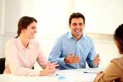 Красивый бизнесмен говоря на встрече команды Стоковое фото RF