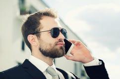 Красивый бизнесмен говоря на городе телефона внешнем Стоковое фото RF