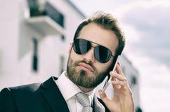 Красивый бизнесмен говоря на городе телефона внешнем Стоковая Фотография RF