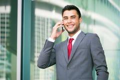 Красивый бизнесмен говоря на телефоне Стоковая Фотография RF
