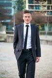 Красивый бизнесмен гуляя в город Стоковые Изображения