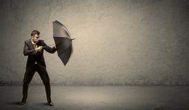 Красивый бизнесмен держа зонтик с предпосылкой космоса экземпляра Стоковые Фотографии RF