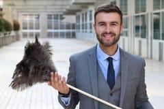 Красивый бизнесмен держа сыпню пера стоковое фото