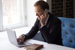 Красивый бизнесмен звоня телефонный звонок Стоковое Фото