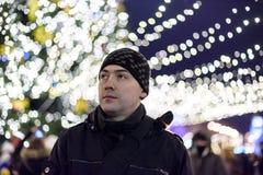 Красивый бизнесмен и на wb im города ночи на заднем плане - стоковое фото