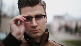 Красивый бизнесмен кладя стекла дальше акции видеоматериалы