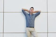 Красивый бизнесмен на проломе с руками за головой Стоковые Фотографии RF