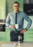 Красивый бизнесмен дома Стоковая Фотография RF