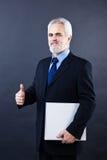 Красивый бизнесмен показывая большие пальцы руки поднимает знак Стоковые Изображения RF
