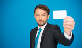 Красивый бизнесмен показывая пустую визитную карточку Стоковая Фотография RF